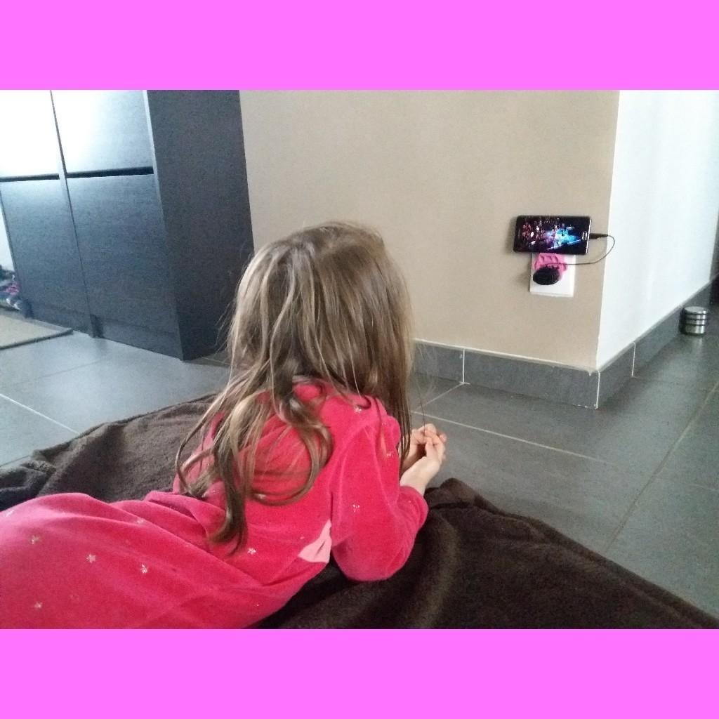 20180331_111525.jpg Télécharger fichier STL gratuit Station smartphone murale sur prise électrique • Modèle pour impression 3D, hillheaven