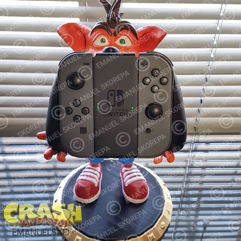Crash Bandicoot hold Nintendo Switch
