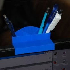Download free 3D model pencil holder @ upper edge of display (customizable), dede67