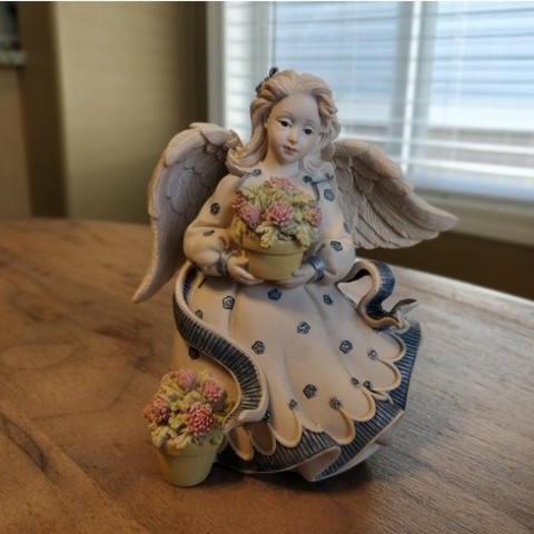 f9e7d203fb640f8934193cc9d61927c5_preview_featured.jpg Download free STL file Angel holding Flowers • 3D print template, itech3dp