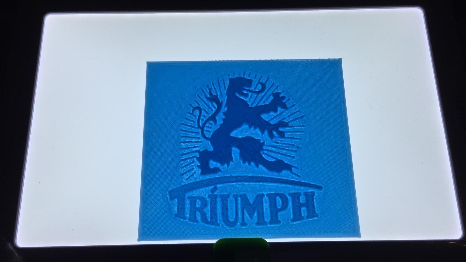 Triumph Logo Beleuchtet.jpg Télécharger fichier STL gratuit Triumph Werke Nürnberg Logo (Triomphe allemand) • Objet pour impression 3D, SCI