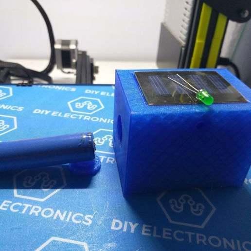 Télécharger plan imprimante 3D gatuit Boîtier de LED de clignotant pour les factices de télévision en circuit fermé rechargeables à l'énergie solaire, procv