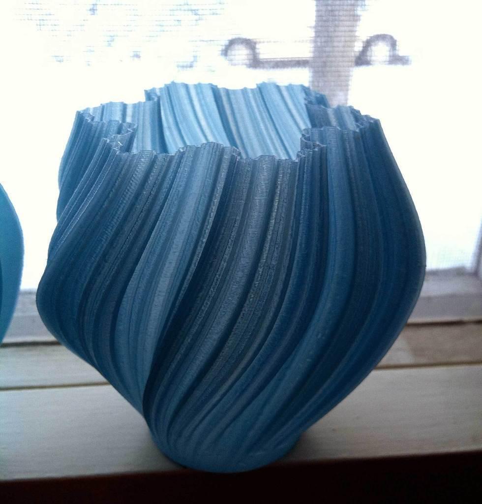 roundbase-dyed_display_large.jpg Download free STL file Yet More Twisting Kochflake Vases • 3D printing template, Revalia6D
