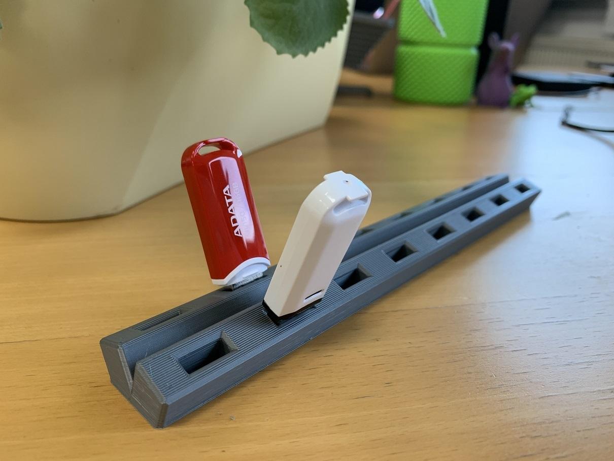 IMG_3851.jpg Télécharger fichier STL gratuit Support pour clé USB • Plan pour impression 3D, marigu