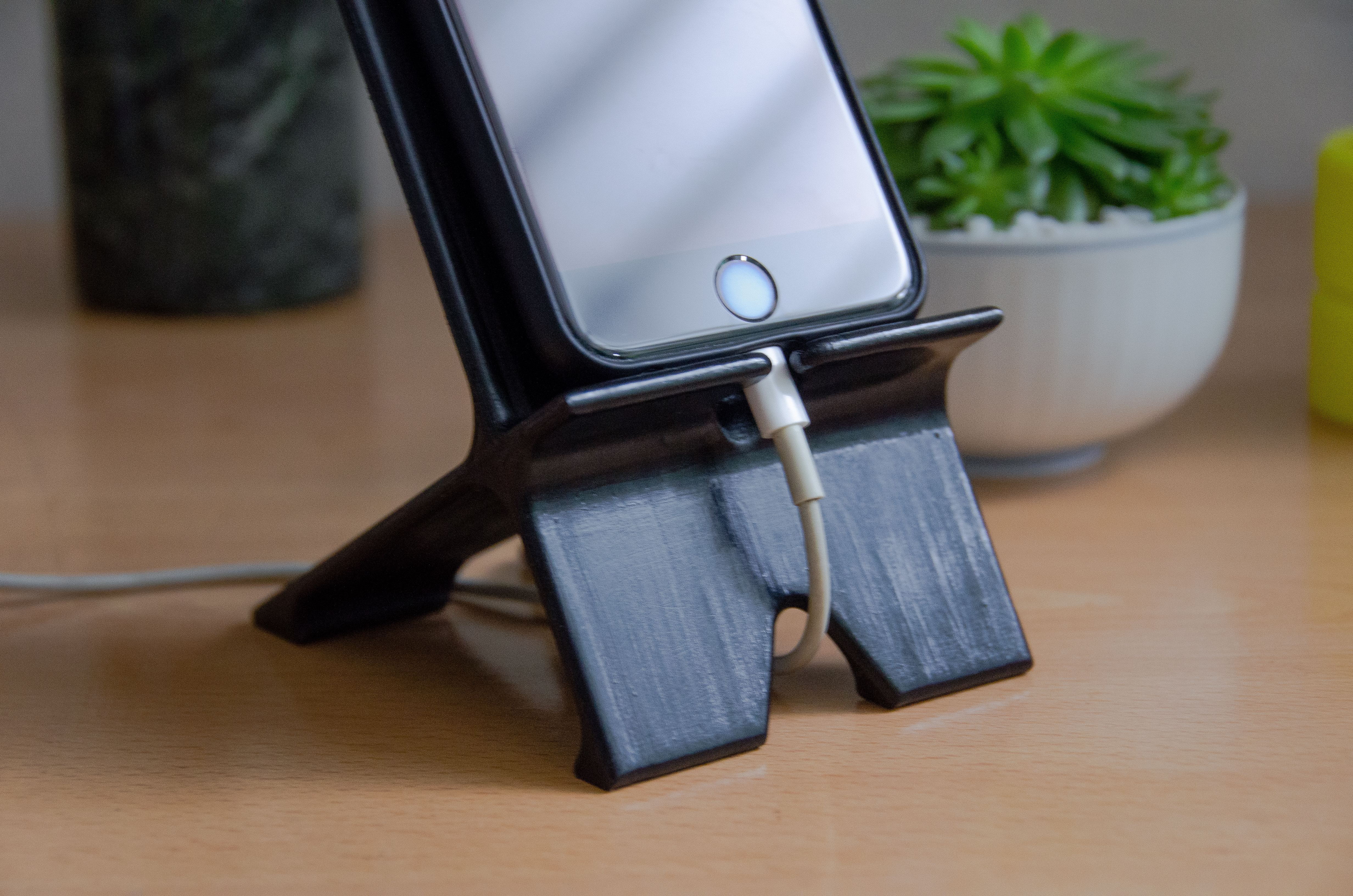 1NK_1589.jpg Télécharger fichier STL gratuit Support de téléphone avec acheminement du câble • Plan pour imprimante 3D, mikedelcastillo