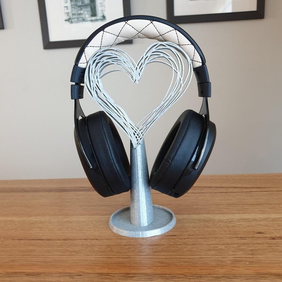 20200819_081320.jpg Télécharger fichier STL gratuit Les écouteurs Hearts se tiennent debout • Modèle pour imprimante 3D, CheesmondN