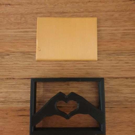 20200716_175752.jpg Télécharger fichier STL gratuit Ornement de l'étagère des mains du coeur • Plan pour imprimante 3D, CheesmondN