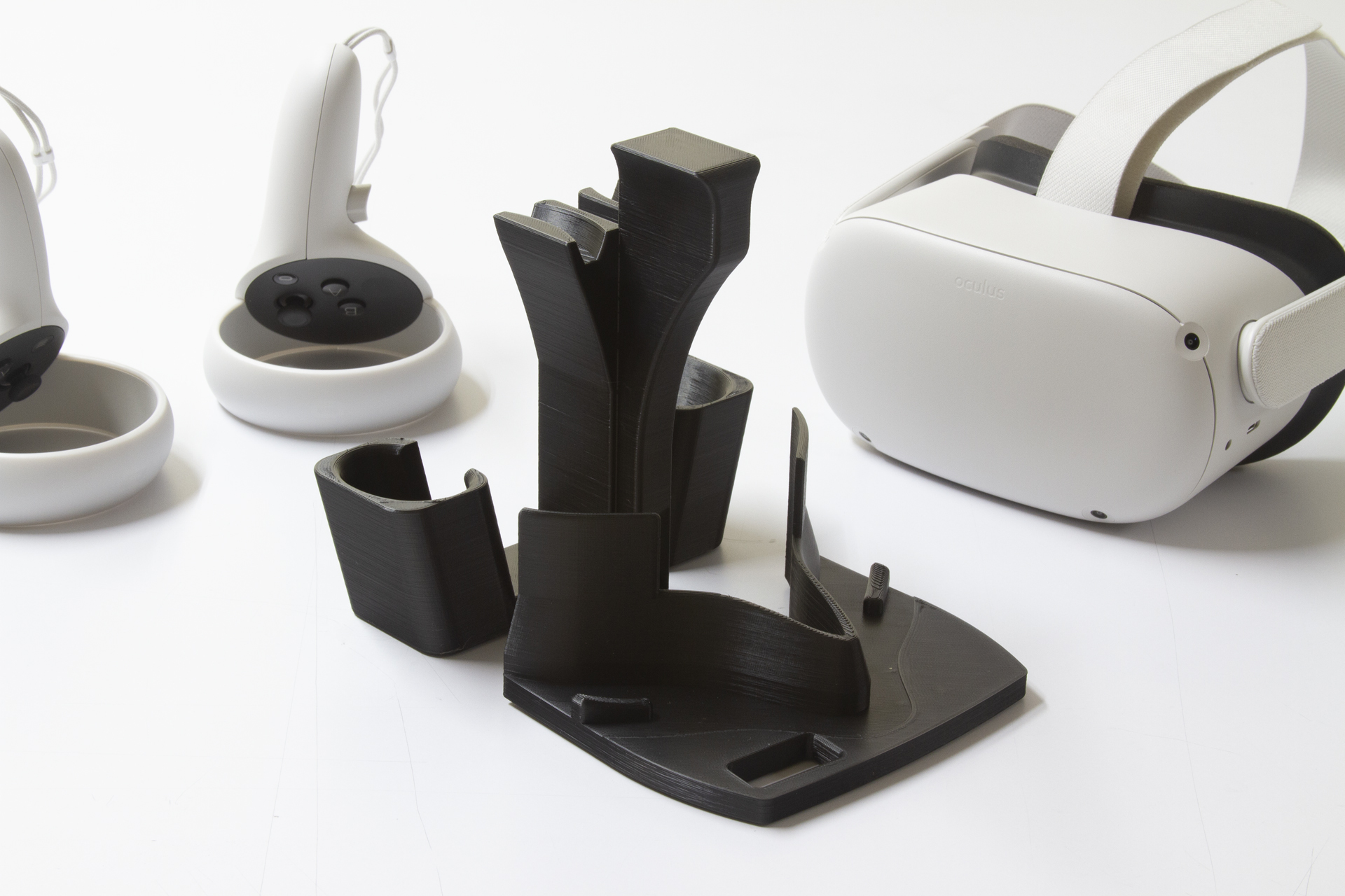 IMG_1263.jpg Download STL file OCULUS QUEST 2 STAND WITH CARRYING HANDLE FOR EASY RELOCATION • 3D printable template, Replicrafts