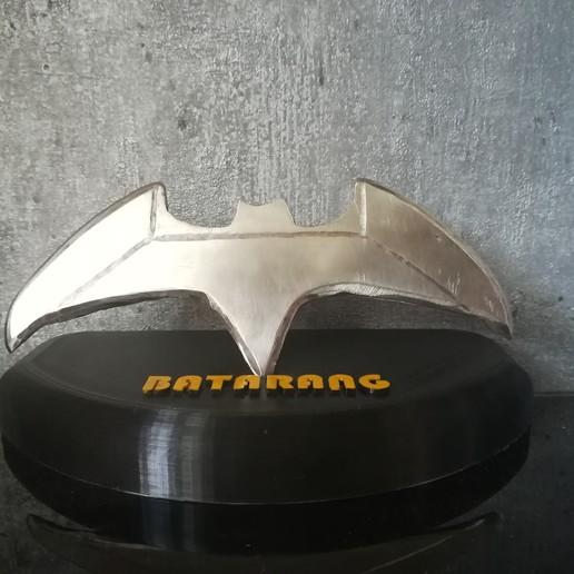 IMG_20200822_192719.jpg Télécharger fichier STL gratuit Socle de Batarang • Objet à imprimer en 3D, Quentin_Gauche